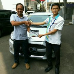Foto Penyerahan Unit 1 Sales Marketing Mobil Dealer Daihatsu Bayu