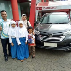 Foto Penyerahan Unit 1 Sales Marketing Mobil Dealer Daihatsu Jambi Rici