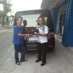 Foto Penyerahan Unit 1 Sales Marketing Mobil Dealer Daihatsu Mahfud