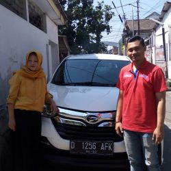 Foto Penyerahan Unit 1 Sales Marketing Mobil Dealer Daihatsu Martin