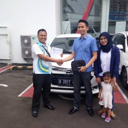 Foto Penyerahan Unit 1 Sales Marketing Mobil Dealer Daihatsu Palmerah Hendri