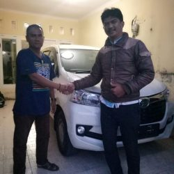 Foto Penyerahan Unit 1 Sales Marketing Mobil Dealer Daihatsu Riza