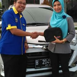 Foto Penyerahan Unit 1 Sales Marketing Mobil Dealer Daihatsu Senen WIWIN