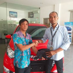 Foto Penyerahan Unit 1 Sales Marketing Mobil Dealer Daihatsu Sudrajat
