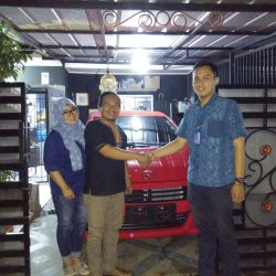 Foto Penyerahan Unit 18 Sales Marketing Mobil Daihatsu Yosa