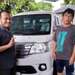 Foto Penyerahan Unit 2 Sales Marketing Mobil Daihatsu Ekak