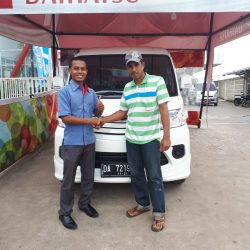 Foto Penyerahan Unit 2 Sales Marketing Mobil Daihatsu Wahyudi