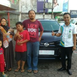 Foto Penyerahan Unit 2 Sales Marketing Mobil Dealer Daihatsu Jambi Rici