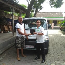 Foto Penyerahan Unit 2 Sales Marketing Mobil Dealer Daihatsu Mahfud
