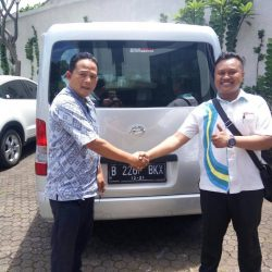 Foto Penyerahan Unit 2 Sales Marketing Mobil Dealer Daihatsu Palmerah Hendri