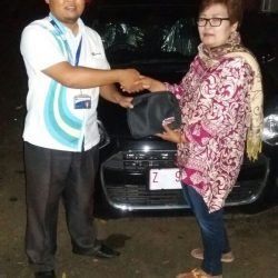Foto Penyerahan Unit 2 Sales Marketing Mobil Dealer Daihatsu Pangandaran Feby