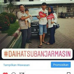 Foto Penyerahan Unit 2 Sales Marketing Mobil Dealer Daihatsu Zai