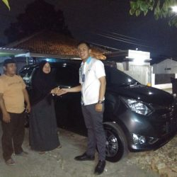 Foto Penyerahan Unit 20 Sales Marketing Mobil Daihatsu Yosa