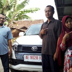 Foto Penyerahan Unit 3 Sales Marketing Mobil Daihatsu Ekak