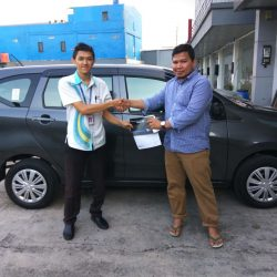 Foto Penyerahan Unit 3 Sales Marketing Mobil Dealer Daihatsu Bayu