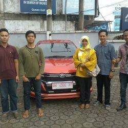 Foto Penyerahan Unit 3 Sales Marketing Mobil Dealer Daihatsu Jambi Rici