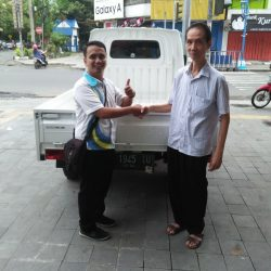 Foto Penyerahan Unit 3 Sales Marketing Mobil Dealer Daihatsu Mahfud