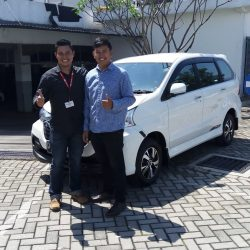 Foto Penyerahan Unit 3 Sales Marketing Mobil Dealer Daihatsu Martin