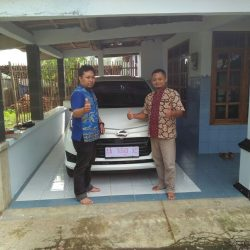 Foto Penyerahan Unit 3 Sales Marketing Mobil Dealer Daihatsu Purworejo Sigit