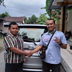 Foto Penyerahan Unit 4 Sales Marketing Mobil Daihatsu Ekak
