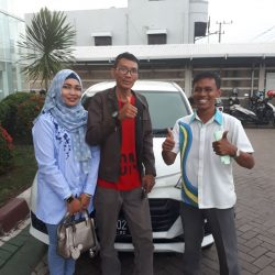 Foto Penyerahan Unit 4 Sales Marketing Mobil Daihatsu Wahyudi
