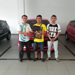 Foto Penyerahan Unit 4 Sales Marketing Mobil Dealer Daihatsu Mahfud