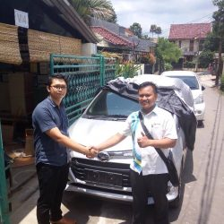 Foto Penyerahan Unit 4 Sales Marketing Mobil Dealer Daihatsu Palmerah Hendri