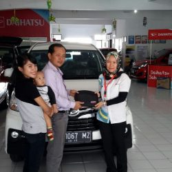Foto Penyerahan Unit 4 Sales Marketing Mobil Dealer Daihatsu Tasikmalaya Lica