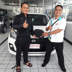 Foto Penyerahan Unit 5 Sales Marketing Mobil Dealer Daihatsu Mahfud