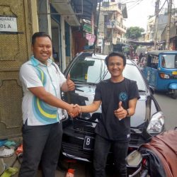 Foto Penyerahan Unit 5 Sales Marketing Mobil Dealer Daihatsu Palmerah Hendri