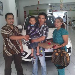 Foto Penyerahan Unit 7 Sales Marketing Mobil Dealer Daihatsu Pangandaran Feby
