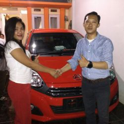 Foto Penyerahan Unit 1 Sales Marketing Mobil Daihatsu Dayat