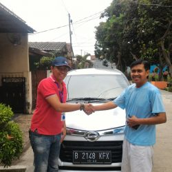 Foto Penyerahan Unit 1 Sales Marketing Mobil Dealer Daihatsu Tubagus