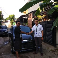 Foto Penyerahan Unit 1 Sales Marketing Mobil Dealer Daihatsu Yosa