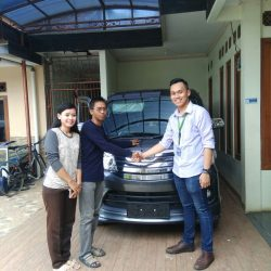 Foto Penyerahan Unit 15 Sales Marketing Mobil Dealer Daihatsu Yos