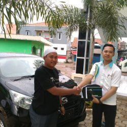Foto Penyerahan Unit 2 Sales Marketing Mobil Daihatsu Dayat