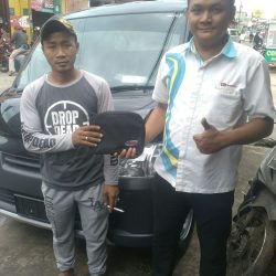 Foto Penyerahan Unit 2 Sales Marketing Mobil Dealer Daihatsu Shandy