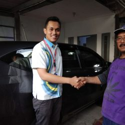 Foto Penyerahan Unit 2 Sales Marketing Mobil Dealer Daihatsu Yosa