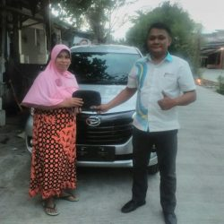 Foto Penyerahan Unit 3 Sales Marketing Mobil Dealer Daihatsu Shandy