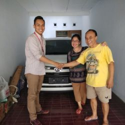 Foto Penyerahan Unit 3 Sales Marketing Mobil Dealer Daihatsu Yosa
