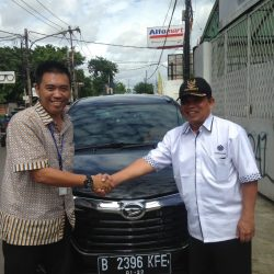 Foto Penyerahan Unit 4 Sales Marketing Mobil Dealer Daihatsu Tubagus