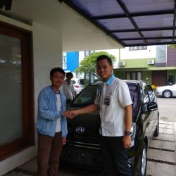 Foto Penyerahan Unit 4 Sales Marketing Mobil Dealer Daihatsu Yosa
