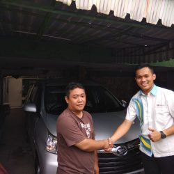 Foto Penyerahan Unit 6 Sales Marketing Mobil Dealer Daihatsu Yosa