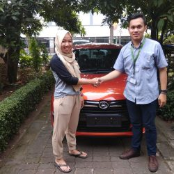 Foto Penyerahan Unit 8 Sales Marketing Mobil Dealer Daihatsu Yosa