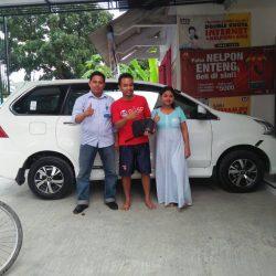 Foto Penyerahan Unit 1 Sales Daihatsu Rohman