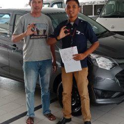 Foto Penyerahan Unit 1 Sales Marketing Mobil Dealer Daihatsu Andri