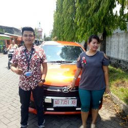 Foto Penyerahan Unit 1 Sales Marketing Mobil Dealer Daihatsu Haidar