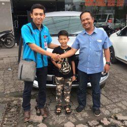 Foto Penyerahan Unit 1 Sales Marketing Mobil Dealer Daihatsu Medan Saulus