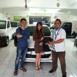 Foto Penyerahan Unit 1 Sales Marketing Mobil Dealer Daihatsu Pangandaran Feby