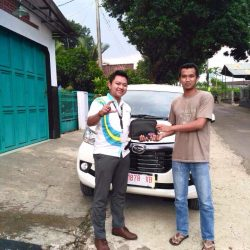 Foto Penyerahan Unit 1 Sales Marketing Mobil Dealer Daihatsu Purwokerto Angky